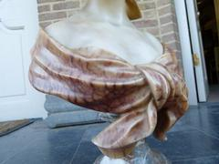 style Alabaster sulpture of a lady in alabaster and marble, Italie, signed Carli 1900