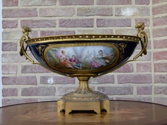 Napoleon III style Sévres centerpiece coupe with romantic scene in Sévres porcelain and gilded bronze, France 1870